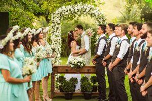 para młoda w trakcie ślubu